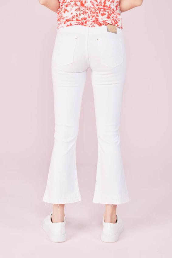 White Colordenim mit ausgestelltem Bein